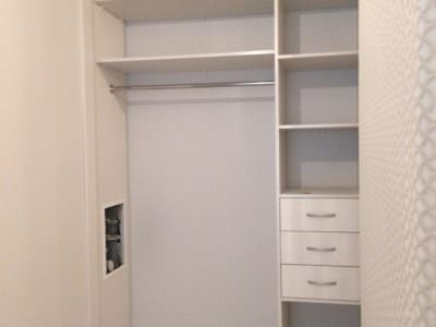 Шкаф-Купе Встроенный в Нишу с Решеткой для Обуви